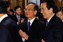 温家宝欣赏中日韩三国音乐家联合演奏