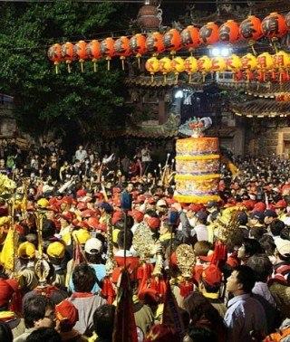 台中市大甲妈祖绕境进香 数万名信众虔诚参拜