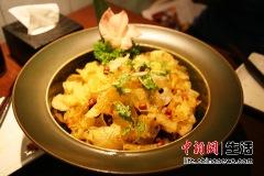 干锅荷塘挑逗蛙:将鲜嫩牛蛙经过三重腌制,辅以自制脆鲜薯片,打破味蕾极限。