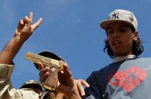 利比亚士兵展示缴获卡扎菲金枪