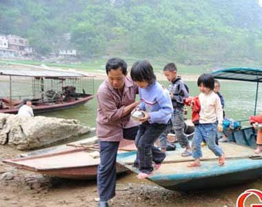最美乡村教师26年撑船接送孩子们上课