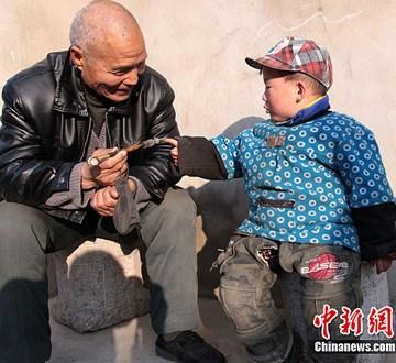 陕西留守老人与儿童盼春节 以享团圆之乐