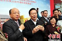 苏树林在庙会上品赏台中名产太阳饼