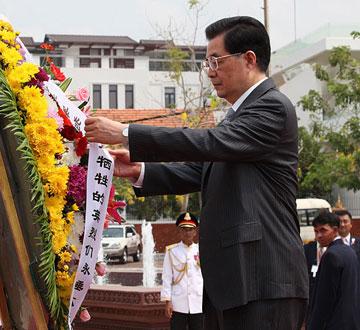 胡锦涛向柬埔寨独立纪念碑献花圈