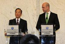 温家宝与瑞典首相共见记者