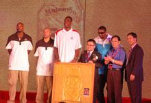 2009年中国行发布会上,匹克向穆大叔赠送55号金衣以做纪念