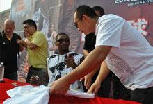 罗恩・阿泰斯特在郑州市二七广场为球迷签名