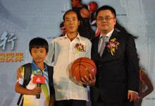 匹克中国行新闻发布会匹克CEO许志华为免费午餐项目慈善捐赠