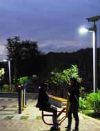 小镇路边的太阳能路灯