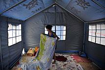云南彝良灾区帐篷里的民众