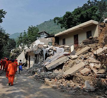 救援队伍陆续进入云南彝良震中区域