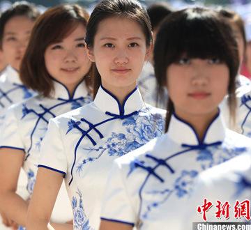天津夏季达沃斯论坛志愿者上岗仪式举行 美女礼仪青花瓷旗袍抢镜