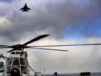 歼15在中国航母上超低空飞行