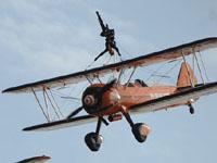 百年灵队表演机翼行走