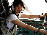"""中国女记者""""试驾""""运输机"""