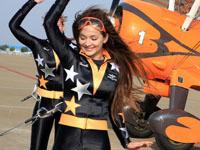 百年灵女队员学跳骑马舞
