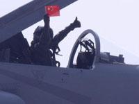 巴枭龙战机飞行员挥舞中国国旗