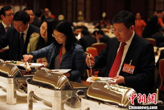 上海代市长杨雄与工作人员共进午餐