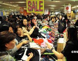经过两年时间,宗庆后逐步进入了角色,根据自身对所处行业的了解和预见,在2005年提出了关于尽快为零售商超立法,规范流通企业运营的建议。