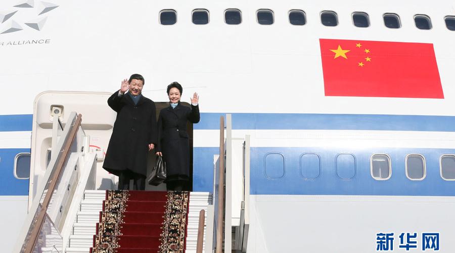 习近平和夫人彭丽媛向前来欢迎的人们挥手致意