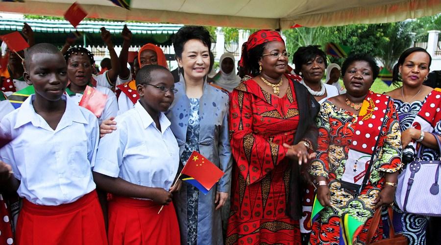 彭丽媛参观坦桑尼亚妇女与发展基金会