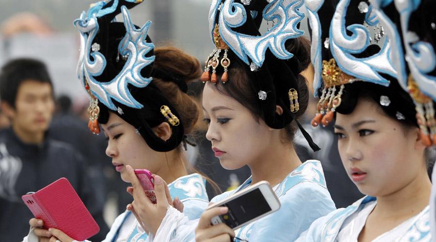 """清明公祭轩辕黄帝 """"古典美女""""玩手机"""