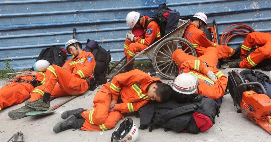 疲惫的救援人员睡倒一地