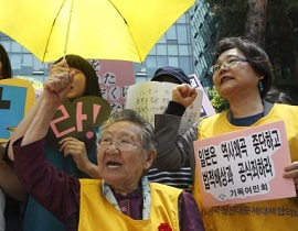 """韩国外交部发言人赵泰永14日就桥下彻提出""""慰安妇制度是必要的存在""""这一言论表示谴责。赵泰永指出,日本政治人士不应歪曲历史,而应承认以往的错误,并持谦虚的态度。"""