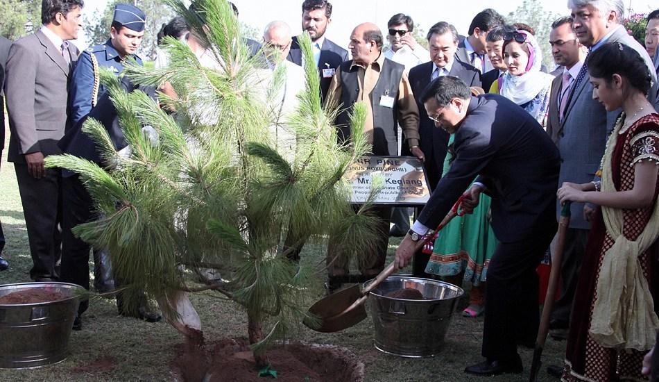 李克强同巴基斯坦总理霍索共同种植中巴友谊树