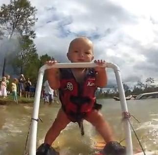 澳洲7个月大宝宝玩滑板冲浪 神态自若惹人赞