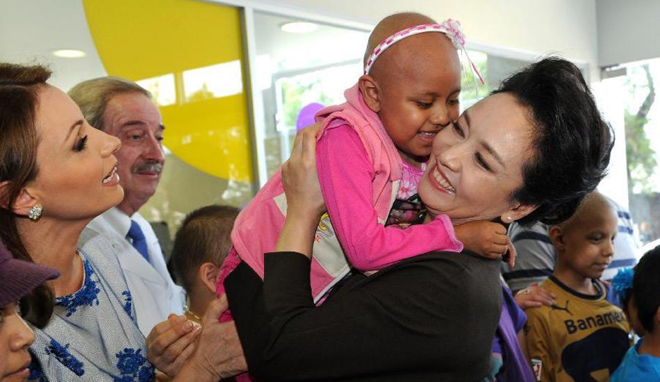 彭丽媛在墨西哥一儿童医院探望患病儿童