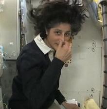 前女宇航员演示太空如厕