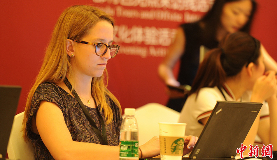 成都财富全球论坛上的美女记者和志愿者