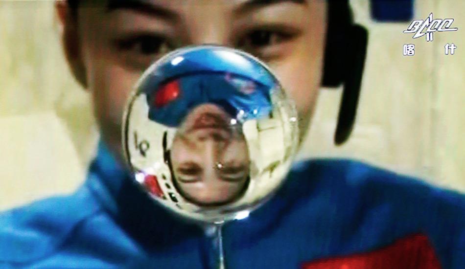 王亚平讲授太空失重条件下的水球演示