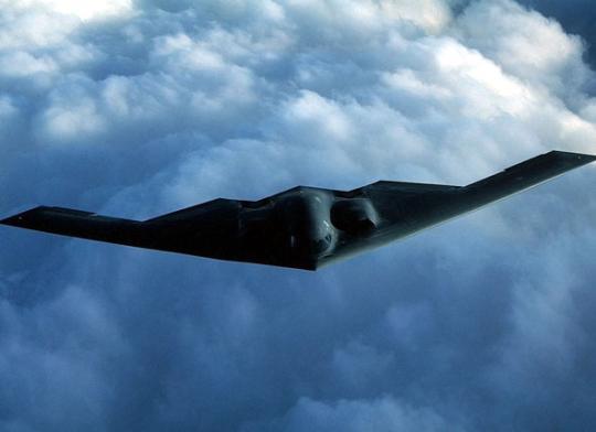 """3月,韩美在朝鲜半岛举行两场大规模军演,两架美军尖端隐形轰炸机B-2""""幽灵""""飞临半岛参加演习,让半岛本就紧绷的发条再度上紧。金正恩29日凌晨下令战略导弹部队进入战备状态,以备随时打击美国本土及美军基地;30日,朝鲜宣布朝韩关系进入战时状态,称半岛""""非战非和""""状态结束。自朝鲜第三次核试验,及韩美军演展开以来,美军频频亮出""""利器""""威慑,而朝鲜连珠炮似地宣布强硬措施回击,半岛局势步步升级。"""