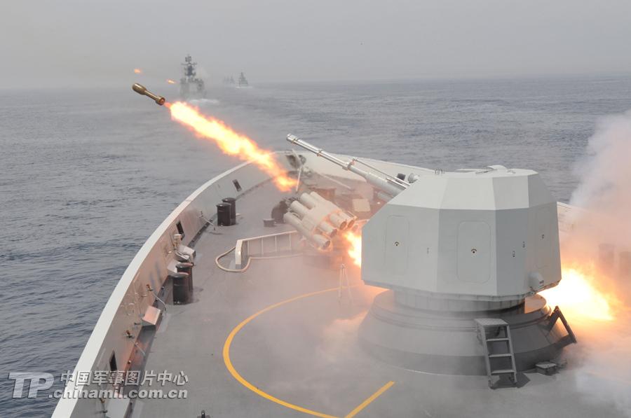 中俄联演战舰群展开实弹攻击 炸得水柱冲天