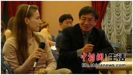 清华大学教授在与俄罗斯学生们文化交流