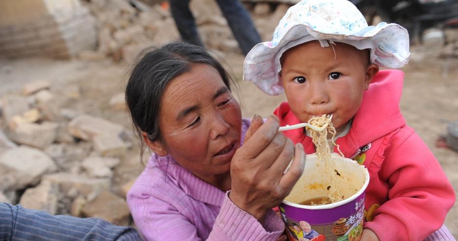 """岷县灾区群众吃上""""热汤面"""""""
