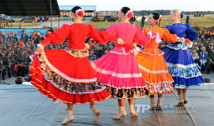 不眠之夜:姑娘们歌声舞艺征服中俄联演官兵