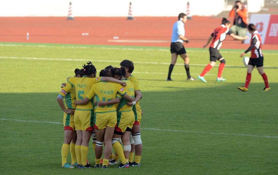 全运会女子橄榄球决赛:北京队不满判罚拒绝比赛