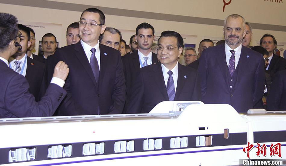 李克强与中东欧各国领导人参观中国铁路等基础设施及装备制造展
