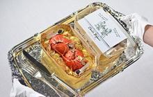 龙虾微波套餐上撒金箔
