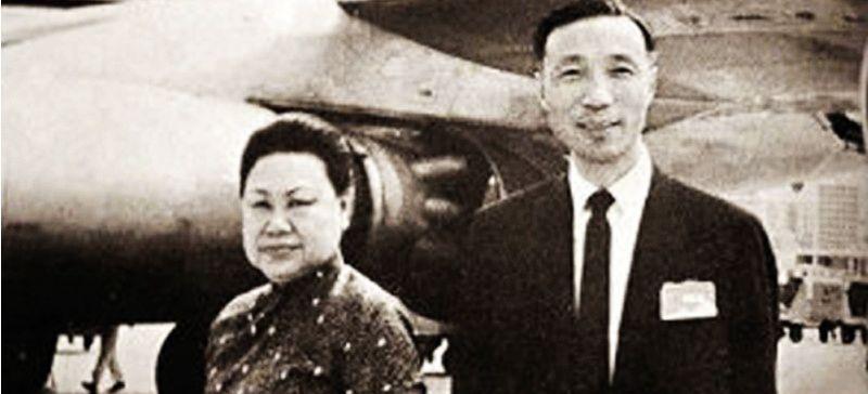 邵逸夫与首任妻子黄美珍离开香港到日本时拍摄