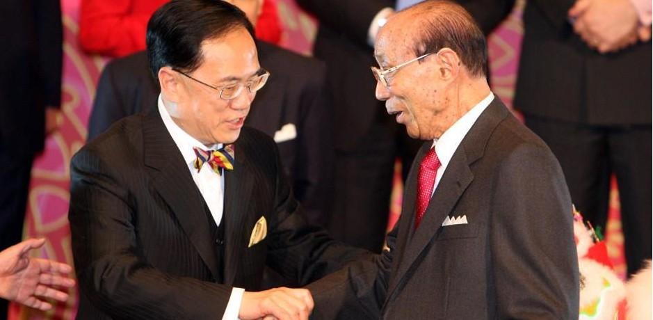 2007年,时任香港行政长官曾荫权与邵逸夫的握手