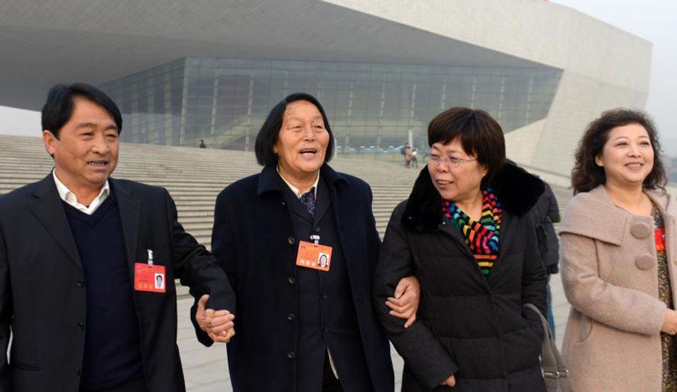 山西省人大闭幕 申纪兰与代表携手走出会场