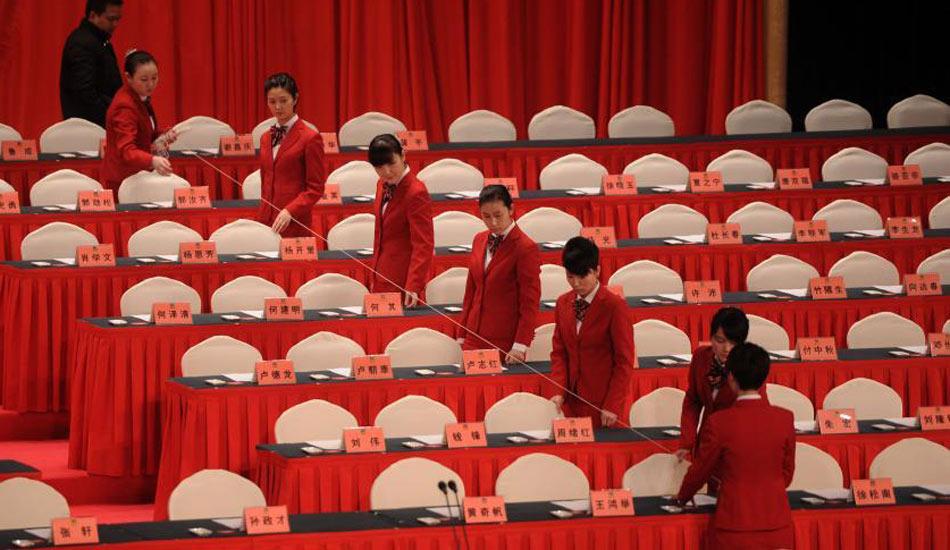 """重庆""""两会"""" 工作人员拉线整齐排列座位牌"""