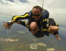 93岁老翁高空跳伞 称受已故老伴托梦激励