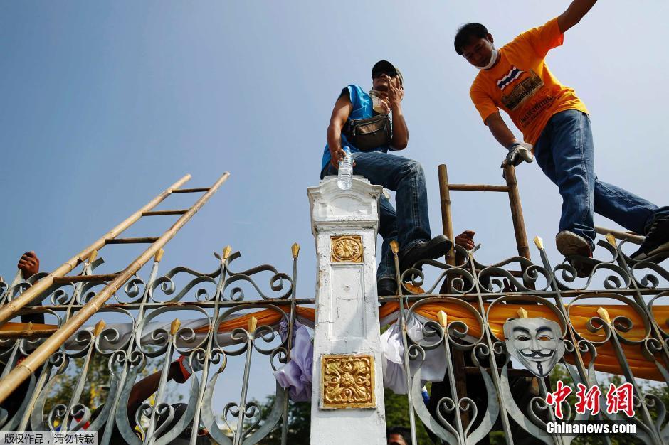 泰国抗议者攀爬总理办公室外大门铁闸 要求英拉下台