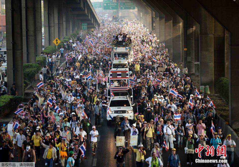 英拉宣布解散国会下议院 十万示威者参加抗议