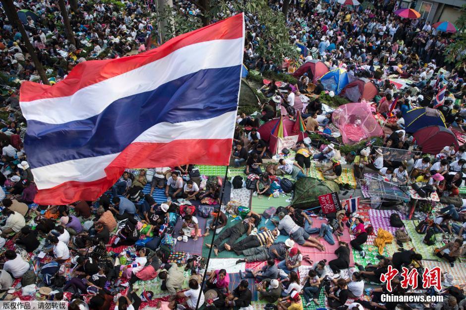 """泰国""""封锁曼谷""""反政府示威者席地而躺"""